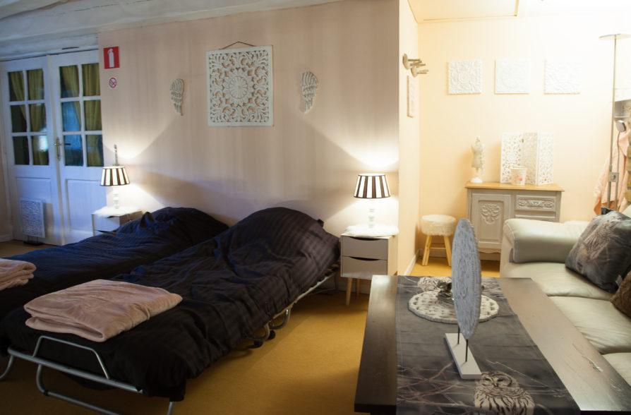 Le salon en mezzanine avec lits d'appoint